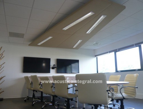 Absorbent acoustic treatment for a meeting room